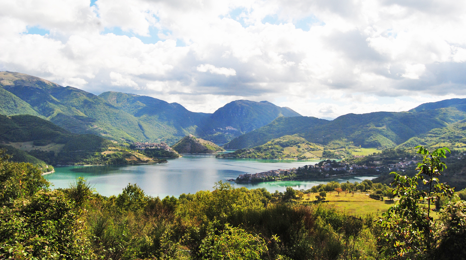lago del turano panorama